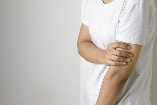 Mulher com dor no braço.