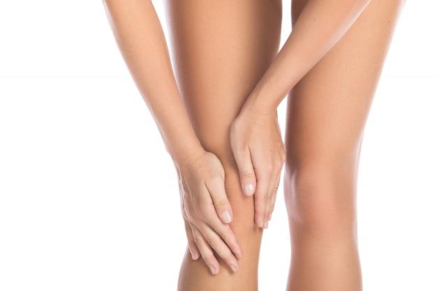 Mulher com dor no joelho