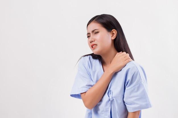 Mulher com dor no ombro ou pescoço, rigidez, lesão