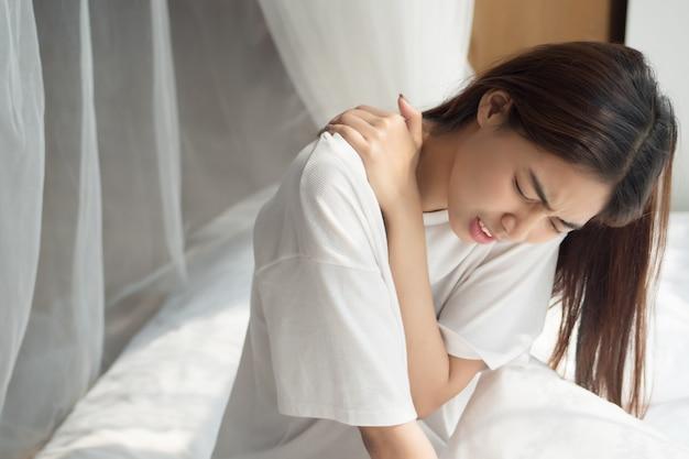 Mulher com dor no ombro ou pescoço