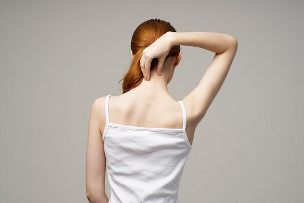 Mulher com dor no pescoço, artrite, doença crônica, fundo isolado