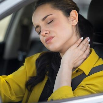 Mulher com dor no pescoço da condução