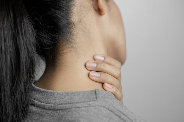 Mulher com dor no pescoço.