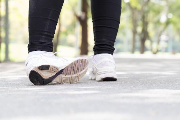 Mulher com dor no tornozelo enquanto jogging