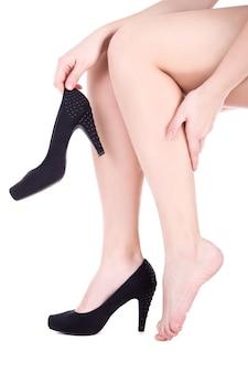 Mulher com dor no tornozelo ou calo isolado no fundo branco