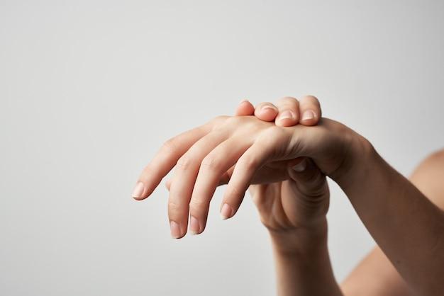 Mulher com dor nos braços, problemas de saúde, luz, fundo