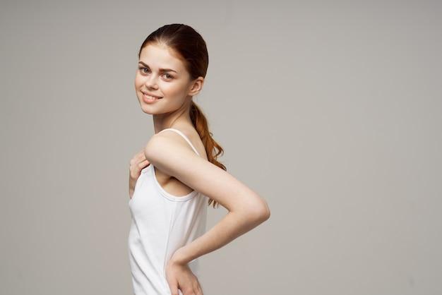 Mulher com dor nos ombros e nas articulações