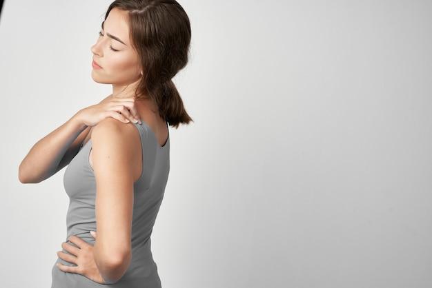 Mulher com dores nas articulações, problemas de saúde, remédio reumatismo