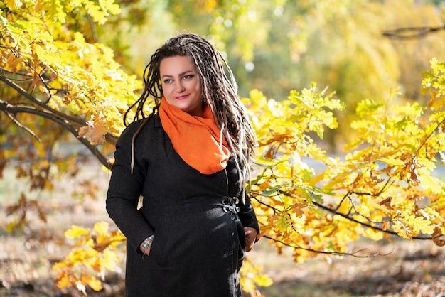 Mulher com dreadlocks ao ar livre no outono, conceito de cultura jovem Foto Premium