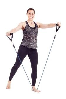 Mulher com elástico fazendo exercícios