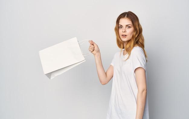 Mulher com embalagem branca nas mãos, estilo de vida, diversão e compras