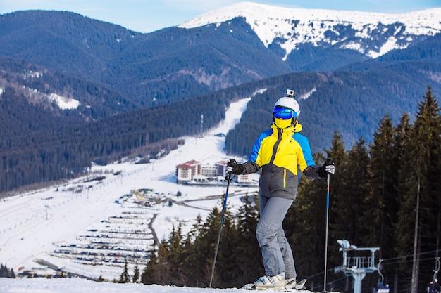 Mulher com equipamento de esqui no topo da colina. estilo de vida