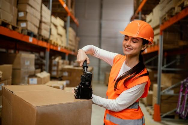 Mulher com equipamento de segurança no trabalho
