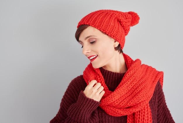 Mulher com equipamento quente de inverno
