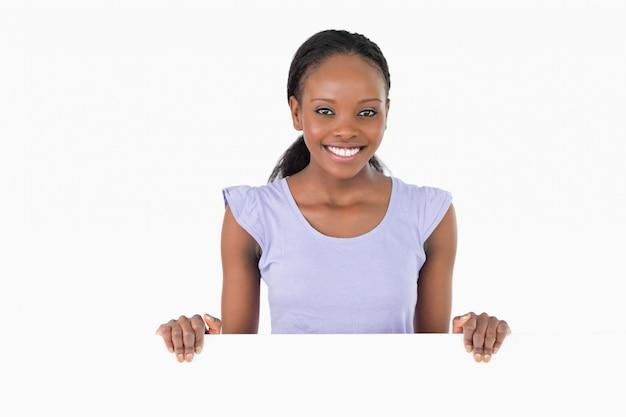 Mulher com espaço reservado nas mãos no fundo branco