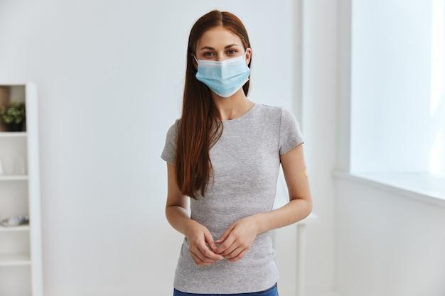 Mulher com esparadrapo no ombro, passaporte para vacina sanitária