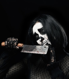 Mulher com esqueleto maquiagem em um vestido