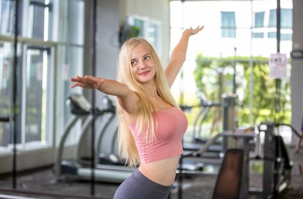 Mulher com estilo de vida ativo fazendo exercícios em uma academia de ginástica