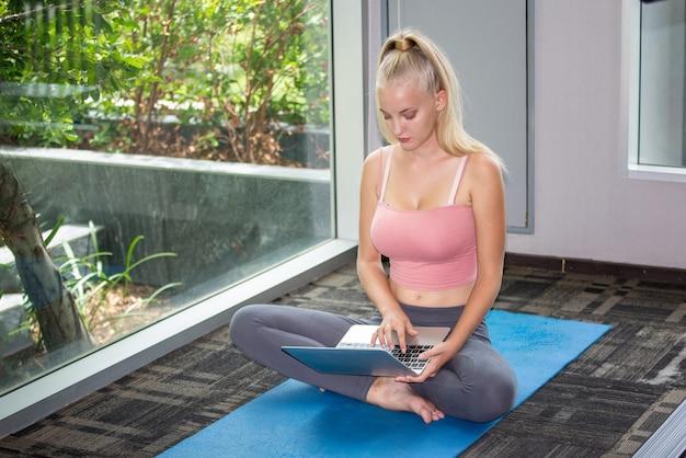 Mulher com estilos de vida ativos alongando o corpo antes de praticar ioga