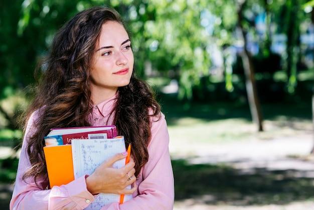 Mulher, com, estudar, materiais, parque