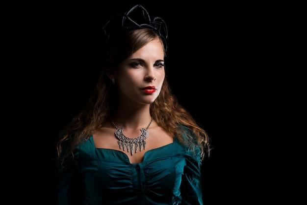 Mulher com fantasia de bruxa e uma coroa negra