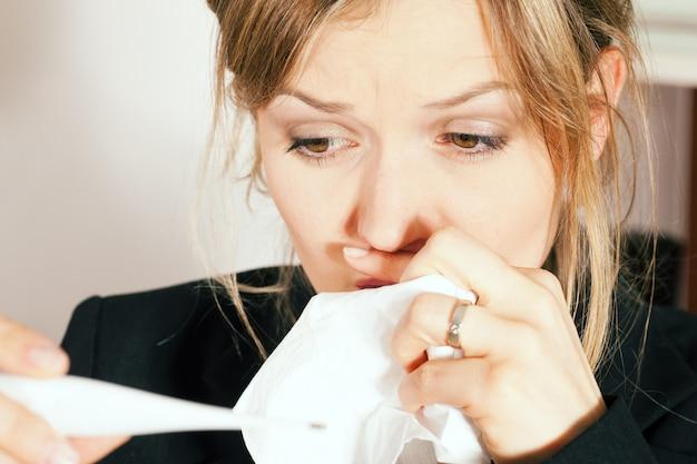 Mulher com febre e resfriado