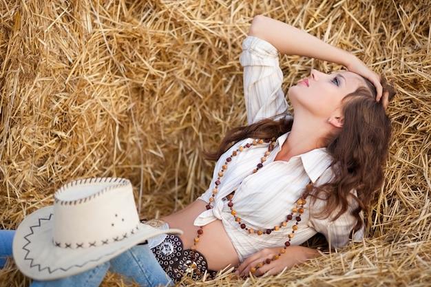 Mulher com feno. mulher jovem, em, boiadeiro, estilo, roupas