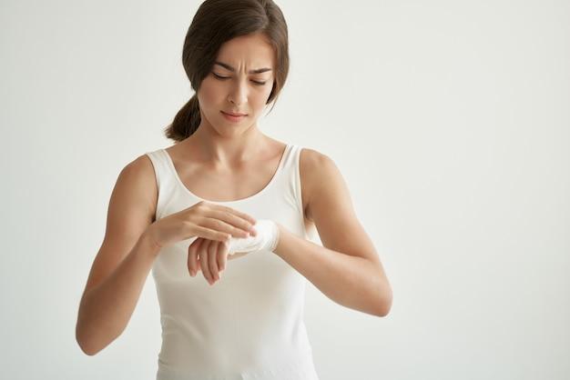 Mulher com ferimento no braço, problemas de saúde