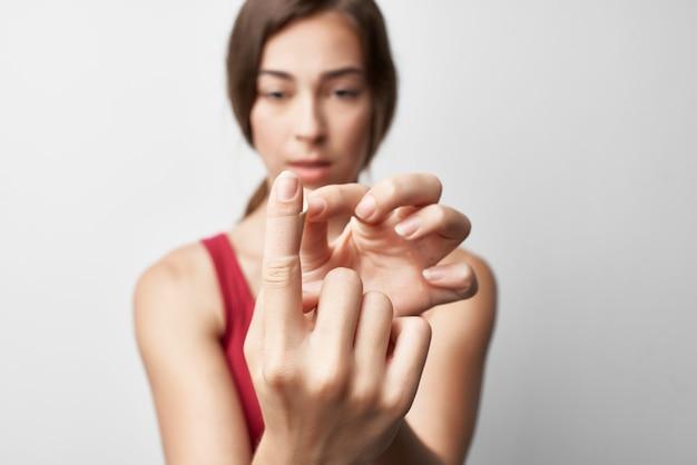 Mulher com ferimento no dedo indicador, lesão por tratamento com gesso