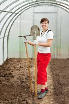 Mulher com ferramentas de jardim