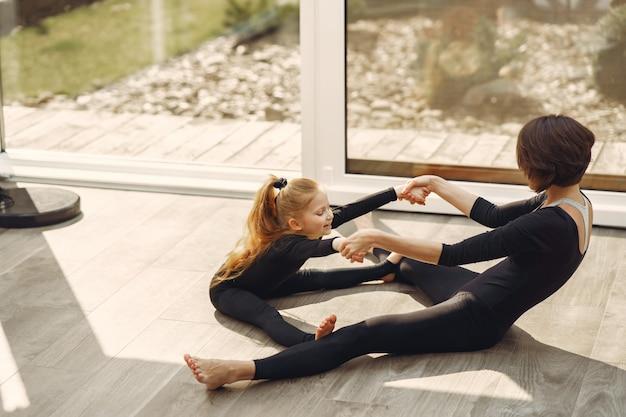Mulher com filha está envolvida em ginástica