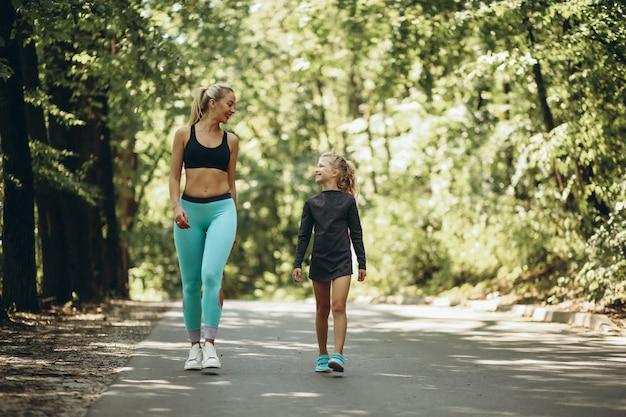 Mulher, com, filha, sacudindo, parque