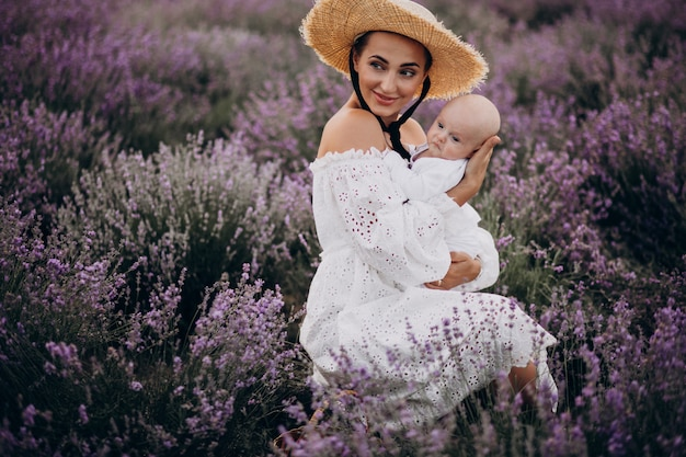 Mulher com filho em um campo de lavanda