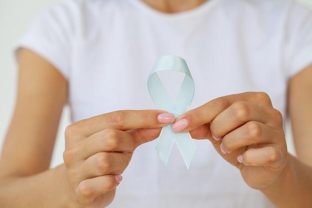 Mulher com fita azul, conscientização do câncer de próstata.