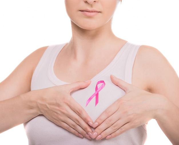 Mulher com fita de conscientização de câncer de mama rosa.