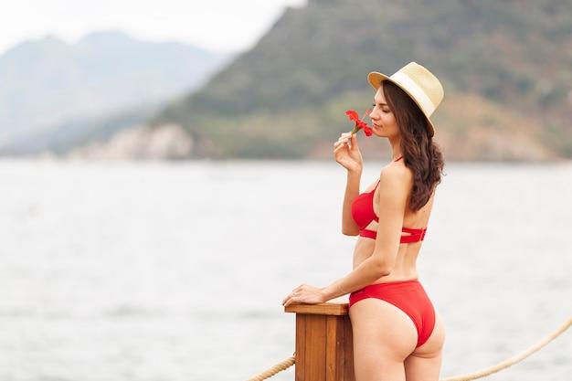 Mulher com flor de cheiro de chapéu