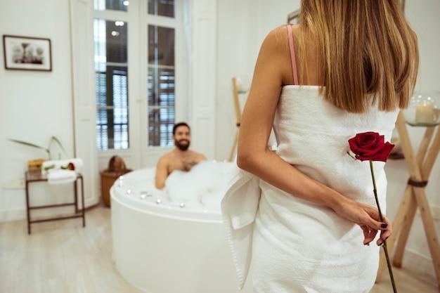 Mulher, com, flor, e, homem, em, banheira spa, com, espuma