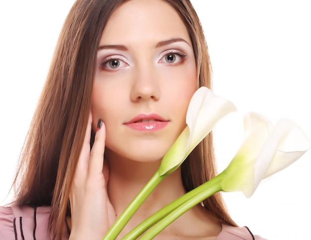 Mulher com flores de calla