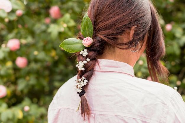 Mulher, com, flores, e, folhas, em, penteado