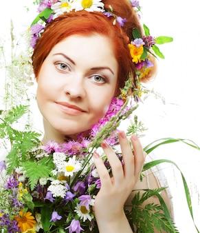 Mulher com flores e penteado grande