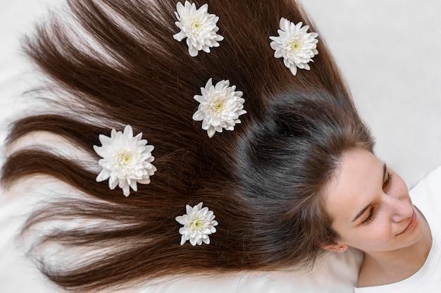 Mulher com flores no cabelo