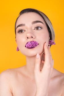 Mulher com flores nos lábios