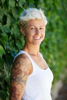 Mulher, com, florescido, tatuagens, ligado, dela, braço