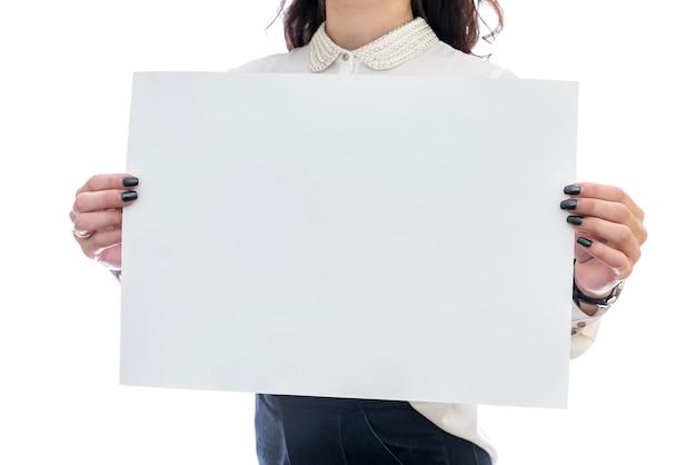 Mulher com folha de papel vazia isolada