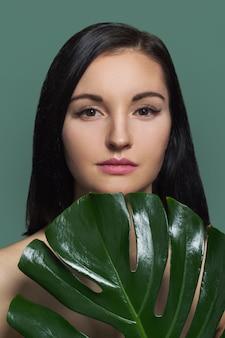 Mulher com folha verde, fêmea com beleza natural, sem maquiagem