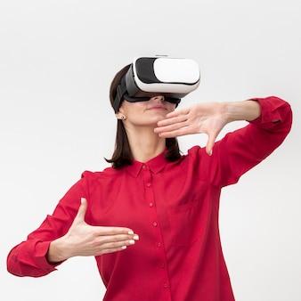 Mulher com fone de ouvido de realidade virtual