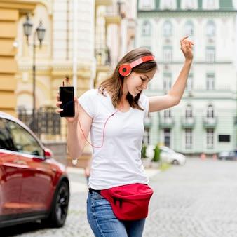 Mulher com fones de ouvido dançando