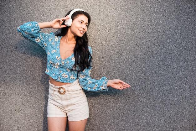 Mulher com fones de ouvido e movimentos adoráveis