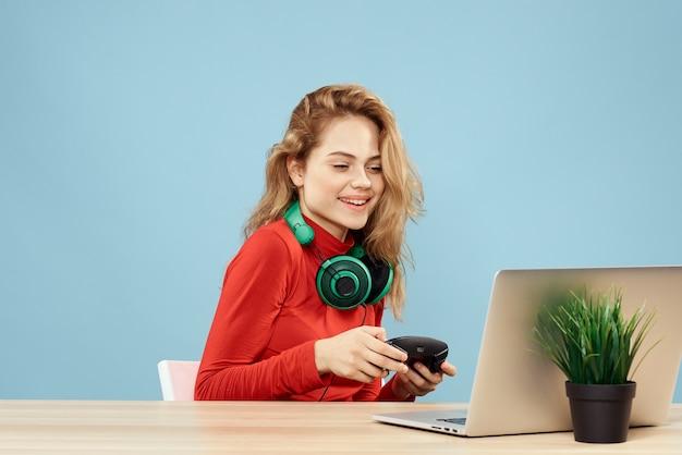 Mulher com fones de ouvido e um laptop