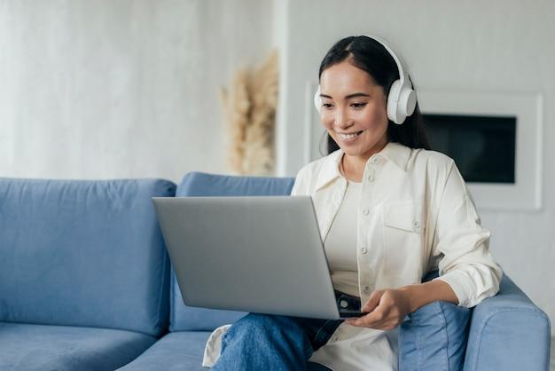 Mulher com fones de ouvido em transmissão ao vivo